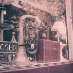 escaparate tienda cerrada a clientes